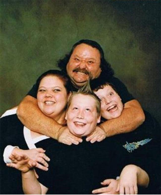 The-21-Most-Awkward-Family-Photos12[1]